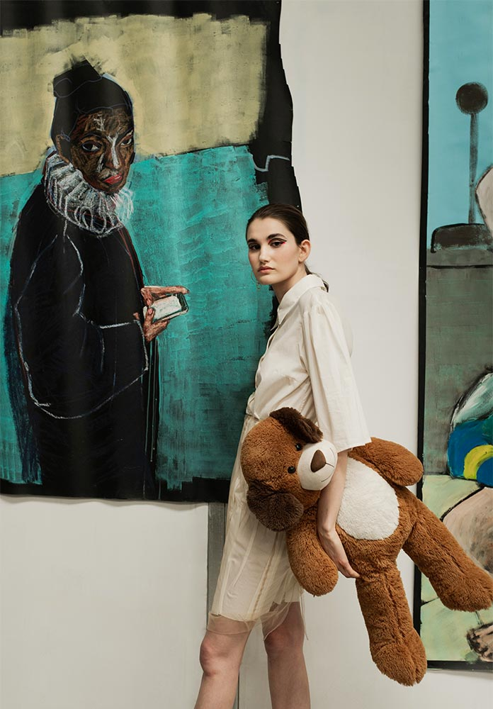 Vestido de algodão, saia de organza de seda e argola de latão ouro, tudo Alexandra Moura. Pintura: 'She would text when I was not looking, 2019 | Acrylic and crayon on paper, 1,5m x 0,9m de Diogo Barros Pires