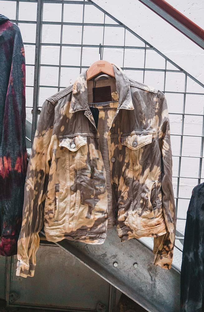 Trucker com tingimento tie dye   Levi's Sustainability Experience   Photo: Partiu Visuals