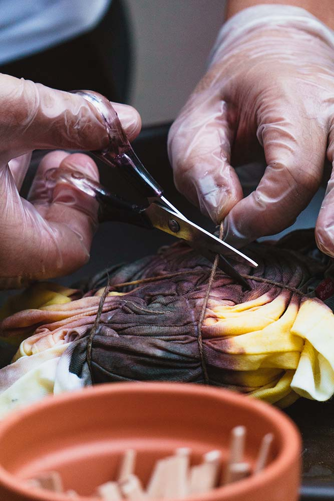 Detalhe do processo de tie dye   Levi's Sustainability Experience   Photo: Partiu Visuals